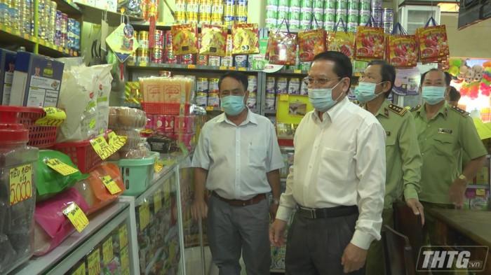 Ông Phạm Văn Trọng – Phó Chủ tịch UBND tỉnh kiểm tra hàng hóa Tết